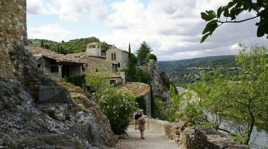 location vans ardèche village aiguèze