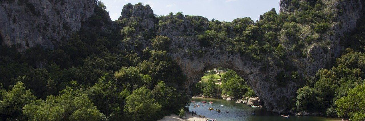 pont-d-arc-ardeche-road-trip-vans-amenages-aspect-ratio-1800-600